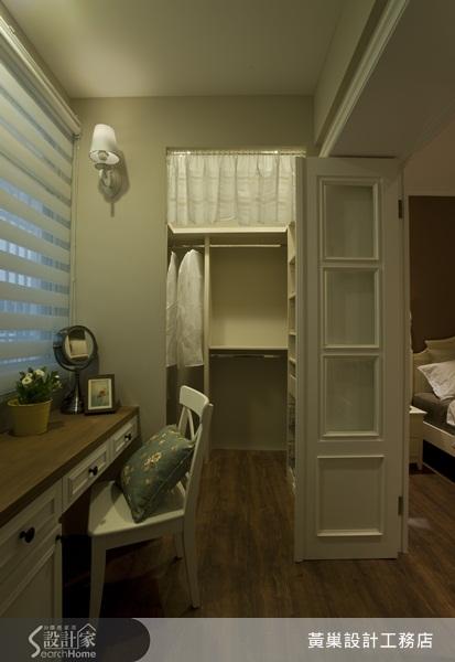 设计师特别在面向客餐厅的主卧墙面规划两个长型窗框,以升降窗加木百