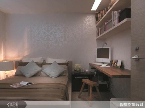原木长板书桌下方以铁层板悬空支撑方便收进小木椅
